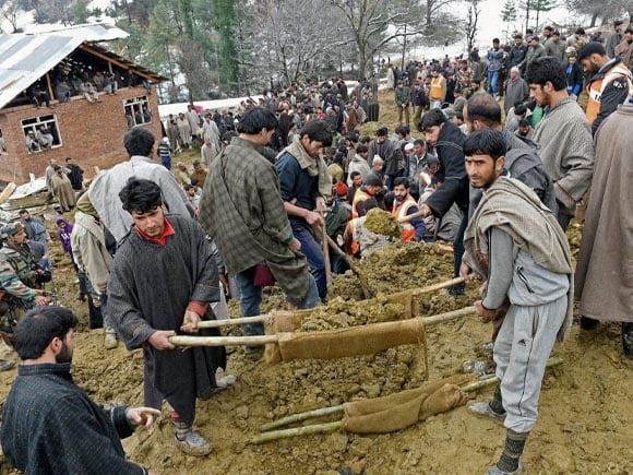 Kashmir, Floods, Budgam, Srinagar, Anantnag, Army, Police, Rescue Operation, Laden, Chadoora