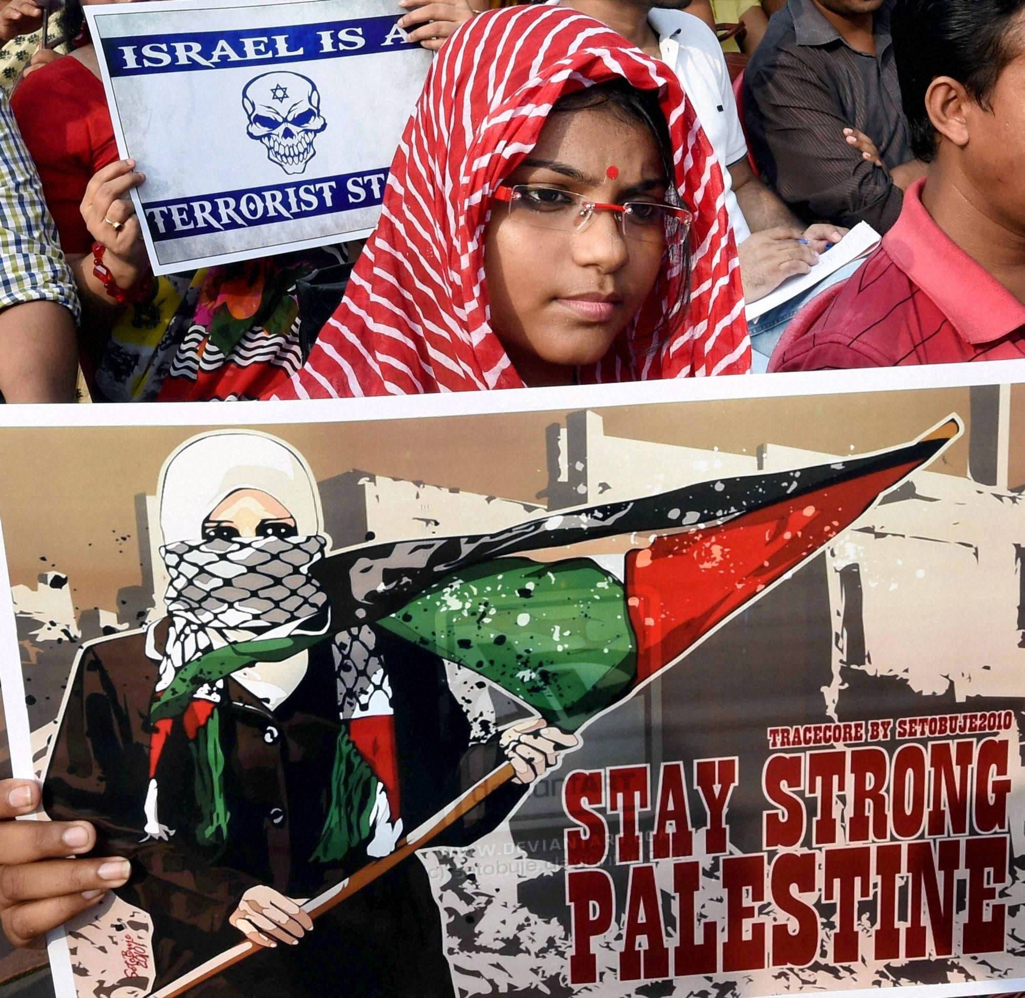 gurl, holding, placard, protest, against Israeli attacks, Gaza, Kolkata