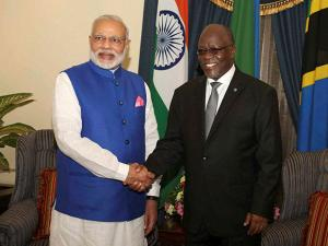 Narendra Modi poses with  John Pombe Magufuli for a photo