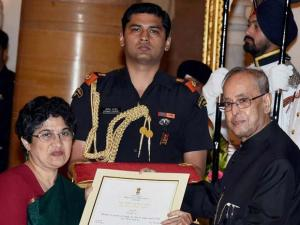 Pranab Mukherjee presents Rani Gaidinliu Zeliang Award to Jagori, Delhi during the 'Nari Shakti Puraskar 2015 function at Rashtrapati Bhawan