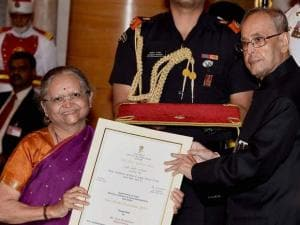 President Pranab Mukherjee honours Jyoti Mhapsekar of Maharastra at the Nari Shakti Puraskar, 2015 function at Rashtrapati Bhawan