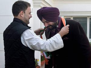 Rahul Gandhi welcomes former BJP leader Navjot Singh Sidhu into the party at his residence