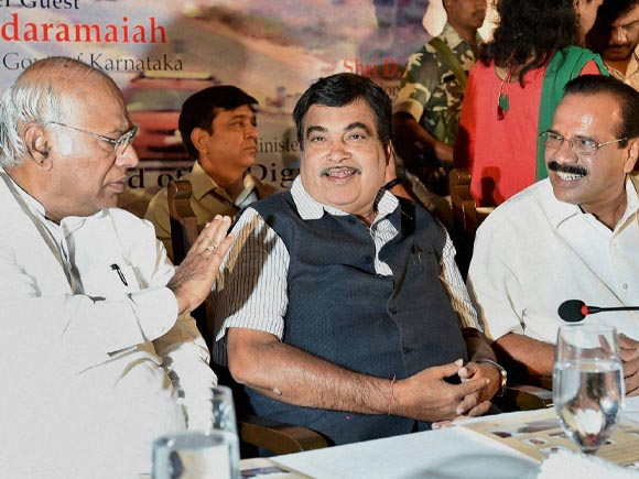 Nitin Gadkari, Gadkari, Mallikarjun Kharge, Union Law Minister, Sadananda Gowda, Karnataka State PWD minister, H C Mahadevappa, Congress, Bengaluru