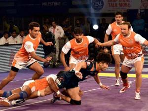 Bengal Warriors (blue) and Puneri Paltan (orange) players in action during Pro_Kabaddi match