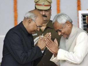 Nitish Kumar greets Governor Ram Nath Kovind