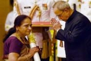 President Pranab Mukherjee presents Padma Shri to cartoonist Pran Kumar Sharma (Posthumous), being receive by his wife, during Padma Awards 2015