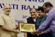Prime Minister Narendra Modi present the State (Devolution Index) award to Kerala Minister for Panchayats, M. K. Muneer and Principal Scretary, James Verghese