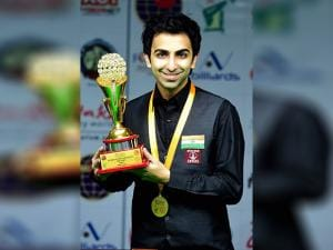Pankaj Advani pose with the trophy after winning against Peter Gilchrist