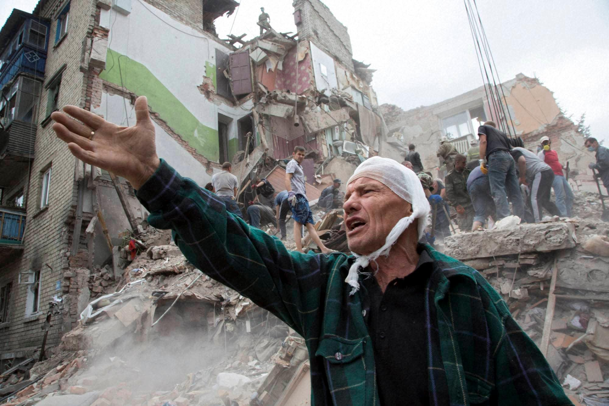 Smoke, rises, Israeli missile, strike, Gaza, military, airstrikes, Gaza, Hamas militants, violated, de-escalation, brokered, Egypt