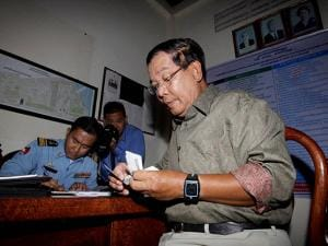 Cambodia's Prime Minister Hun Sen pays a traffic fine at a local police station in Phnom Penh