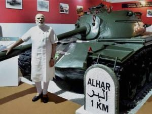 Prime Minister Narendra Modi poses with  captured Pakistani tanks