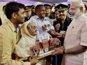 Prime Minister Narendra Modi receives a memento from Rasoolan Biwi, the widow of Param Vir Chakra awardee Abdul Hameed