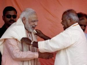 Prime Minister Narendra Modi is presented a shawl by HAM chief Jitan Ram Manjhi