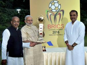 Narendra Modi with Union Sport Minister Vijay Goyal, Praful Patel, President All  India Football Federation