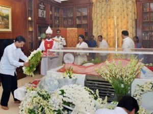 Arvind Kejriwal paying his last respects to the mortal remains of Suvra Mukherjee