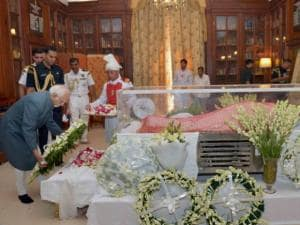 Hamid Ansari paying his last respects to the mortal remains of Suvra Mukherjee