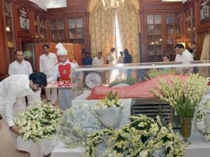 Minister of State Babul Supriyo paying his last respects to the mortal remains of Suvra Mukherjee