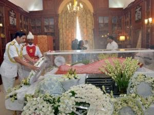 RK Dhowan paying his last respects to the mortal remains of Suvra Mukherjee