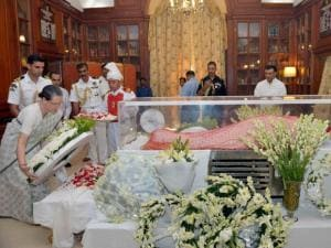 Sonia Gandhi paying his last respects to the mortal remains of Suvra Mukherjee