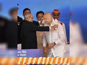 Pranab Mukherjee felicitates senior Congress leader Sushilkumar Shinde