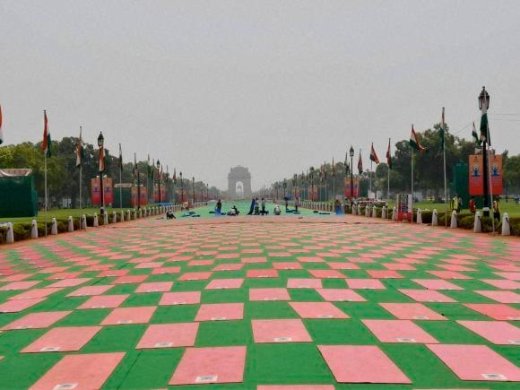 Yoga, World Yoga Day, International Yoga Day, India Gate, Rajpath, MCD, New Delhi, Sushma Swaraj, Raisina Hill, MCD Worker