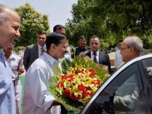 President Pranab Mukherjee is greeted by Delhi Chief Minister Arvind Kejriwal