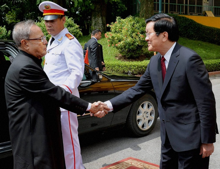 President, Pranab Mukherjee, welcomed, Vietnamese, counterpart, Truong Tan Sang, Presidential Palace, Hanoi