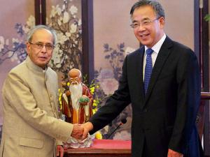 President Pranab Mukherjee shakes hands with the Party Secretary of Guangdong Hu Chunhua at a meeting in Guangzhou, China