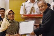 President Pranab Mukherjee presents award to Shameem Akhtar