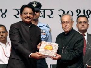 President Pranab Mukherjee is receiving a souvenir from Vidyasagar Rao