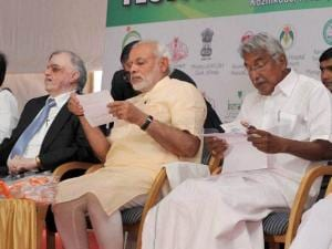 Prime Minister Narendra Modi with Governor of Kerala, Justice (Retd) P Sathasivam and Chief Minister Oommen Chandy at the Global Ayurveda Festival  in Kozhikode