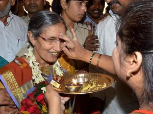 Prime Minister Narendra Modi's wife Jashodaben being welcomed by Tailik Sahu Samaj in Patna