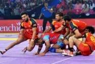 Players of Jaipur Pink Panthers and  Bengaluru Bulls in action