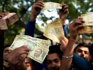 People showing notes outside the RBI