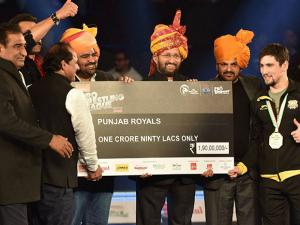 Union Minister Prakash Javadekar presenting a cheque to Punjab Royals caption after beat Haryana Hammers in Pro Wrestling League Season 2