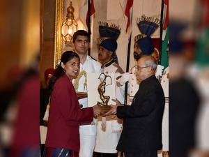 Pranab Mukherjee presents Arjuna Award for her outstanding achieevement in Athletics to Lalita Babar