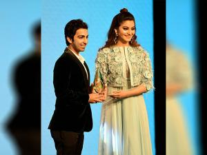 Indian billiards and snooker player, Pankaj Advani receives an award from actor Urvashi Rautela
