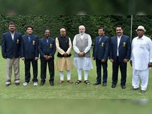 Narendra Modi and sports Minister Vijay Goel pose with Dronacharya Award winners