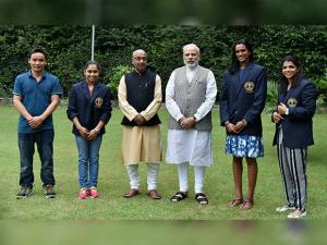 Narendra Modi and sports Minister Vijay Goel pose with Olympic Medal Winners, Khel Ratna Awardees
