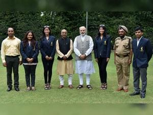 Narendra Modi and sports Minister Vijay Goel pose with Tenzing Norgay National Advent award winners