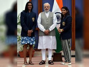 Narendra Modi poses with  P V Sindhu and Sakshi Malik in New Delhi
