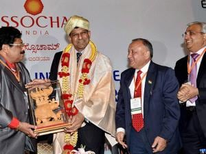 Raghuram Rajan being presented a memento at ASSOCHAM
