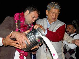Rahul Gandhi with Uttarakhand Chief Minister Harish Rawat offering prayers at Har Ki Pauri during an election roadshow