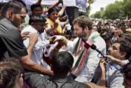Rahul Gandhi meets striking MCD employees
