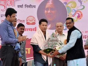 Sachin Tendulkar being felicitated