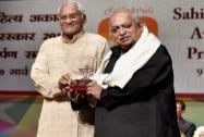 Sahitya Kala Akademi President, Vishwanath Prasad Tiwar honors eminent figure Urdu and Hindi poetry, Munawwar Rana