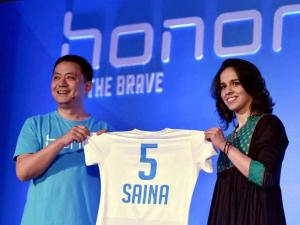 Ace Indian shuttler Saina Nehwal (R) with president of Consumer Business Group, Huawei India Allen Wang at an event where she was announced as the brand ambassador of Honor e-smartphones for India,