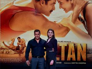 Bollywood actors Salman Khan and Anushka Sharma pose during the trailer launch of their new film Sultan in Mumbai (2)