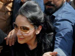 Sanjay Dutt along with wife Manyata visiting the Siddhivinayak temple after_his release from Pune's Yerawada Jail