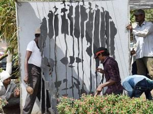 Sachin Tendulkar's sculpture which was installed at the marine drive as a tribute to the former cricketer is being removed by laborers after the High Court's order in Mumbai (2)